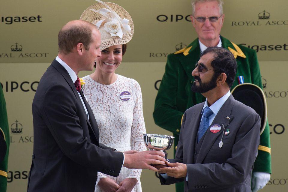 Prinz William (l.) überreicht Scheich Mohammed (r.)im Beisein von Herzogin Catherine beim Royal Ascot Rennen im Juni 2016 einen Preis. Der Herrscher von Dubai ist großer Reitsport-Fan.