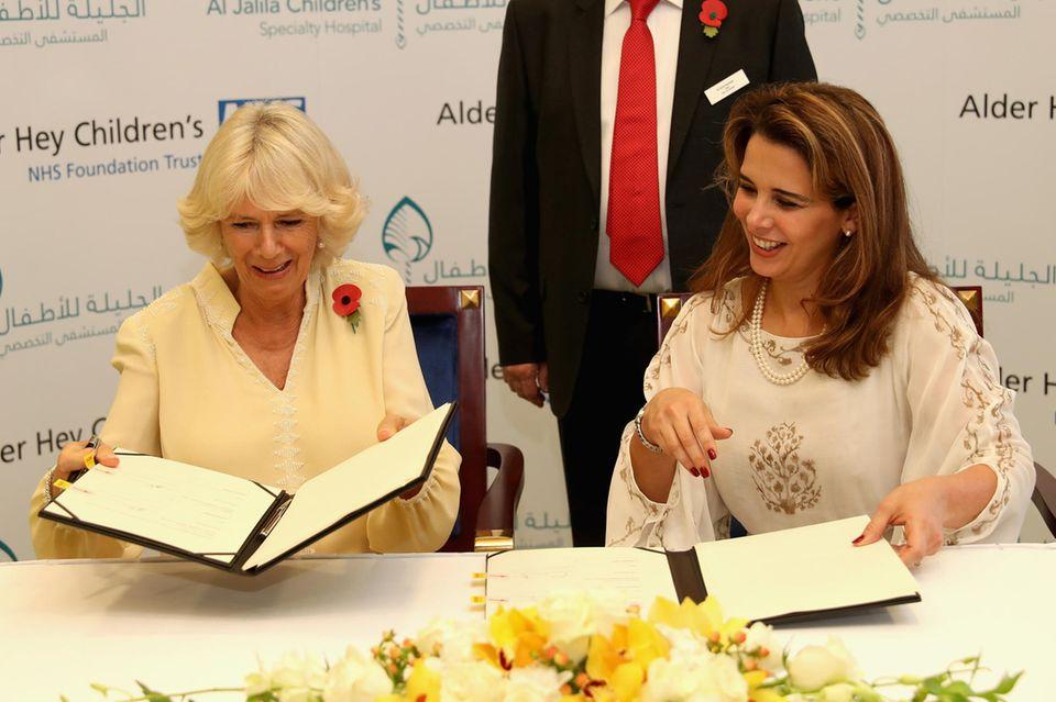Herzogin Camilla (l.) und Prinzessin Haya (r.) besiegeln im November 2016ihre karitative Zusammenarbeit.