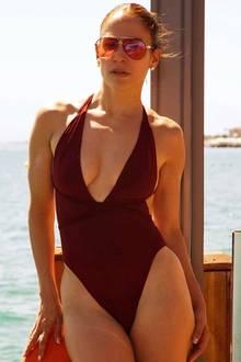 Kaum zu glauben, dass dieser Body wirklich schon 50 Jahre alt ist. Sängerin Jennifer Lopez präsentiert ihren absoluten Wow-Body mit diesem Foto im Badeanzug auf Instagram.