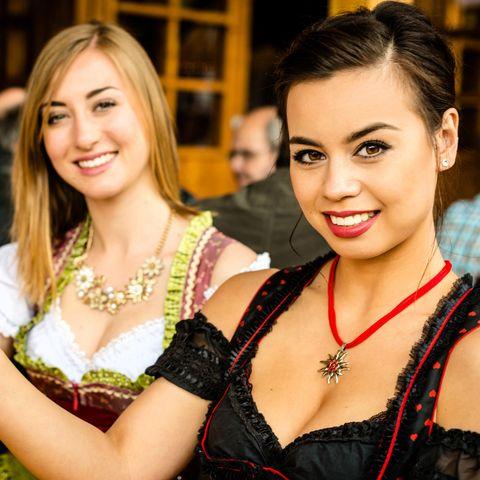 Dirndl-Schmuck, Trachtenschmuck, zwei junge Frauen im Dirndl, Oktoberfest
