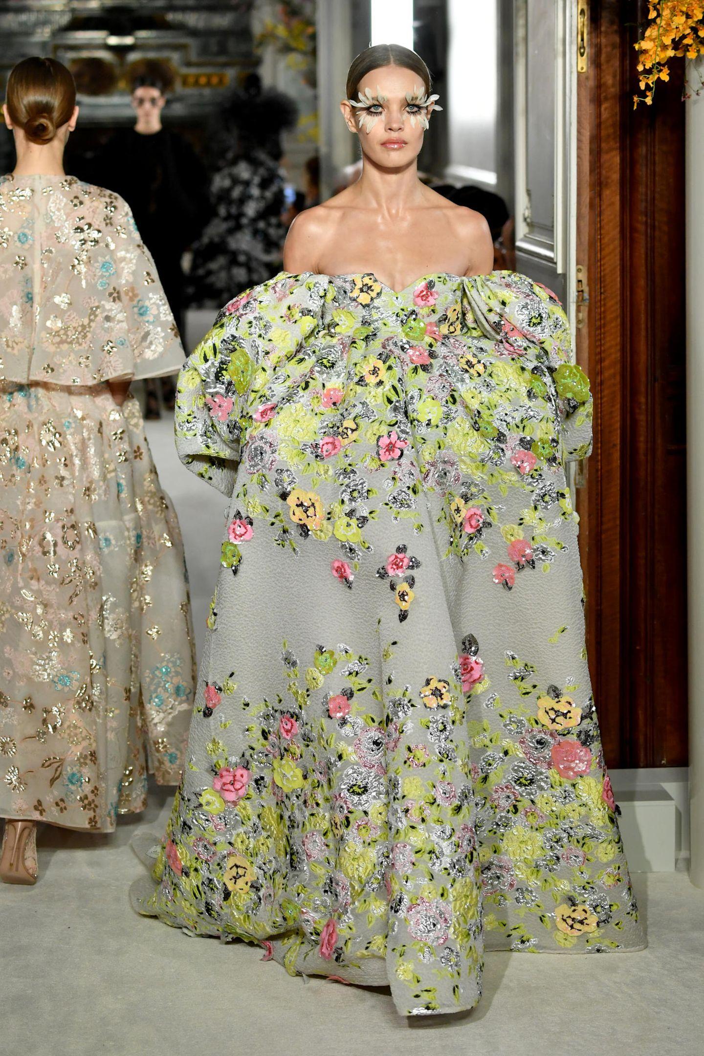 Genau wie viele andere Details der pompösen Feier blieb auch der Designer ihres Brautkleides geheim. Auf dem Laufsteg von Valentino war jedoch ein sehr ähnliches Modell zu bewundern. Während der Haute-Couture-Schauen im Januar wurde das Kleid mit opulenten Ärmeln, Blumenstickereien und trägerlosem V-Ausschnitt präsentiert. Ebenso auffällig. Im Sommer besuchten Heidi und Tom gemeinsam die Show des italienischen Labels - eine Premiere!
