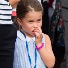 Für einen Tag auf See trägt die kleine Prinzessin Charlotte das perfekte Kleid. Ihr dunkelblondes Haar hat sie zu einem Pferdeschwanz gebunden und an ihrem Handgelenk sorgt ein pinkes Armband für einen farblichen Akzent.
