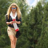 Im italienischen San Cassiano wandert Michelle Hunziker über die Berge und erklimmt mit ihrem sportlichen Look den Stil-Gipfel. Zu einem schlichten, schwarzenShirt kombiniert sie eine beigefarbene Shorts, die ihre trainierten Beine perfekt in Szene setztund ihrem Style einen Hauch an Sexyness verleiht. Einen Pullover, den Michelle lässig über die Schultern geschwungen hat, stimmt sie auf die Farben ihrer derben Wanderschuhe ab und sorgt so für den perfekten Bergsteiger-Look.