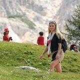 Eine Sonnenbrille mit blauen, verspiegelten Gläsern erlaubt Michelle klare Sicht auf dem Weg zum Berggipfel.
