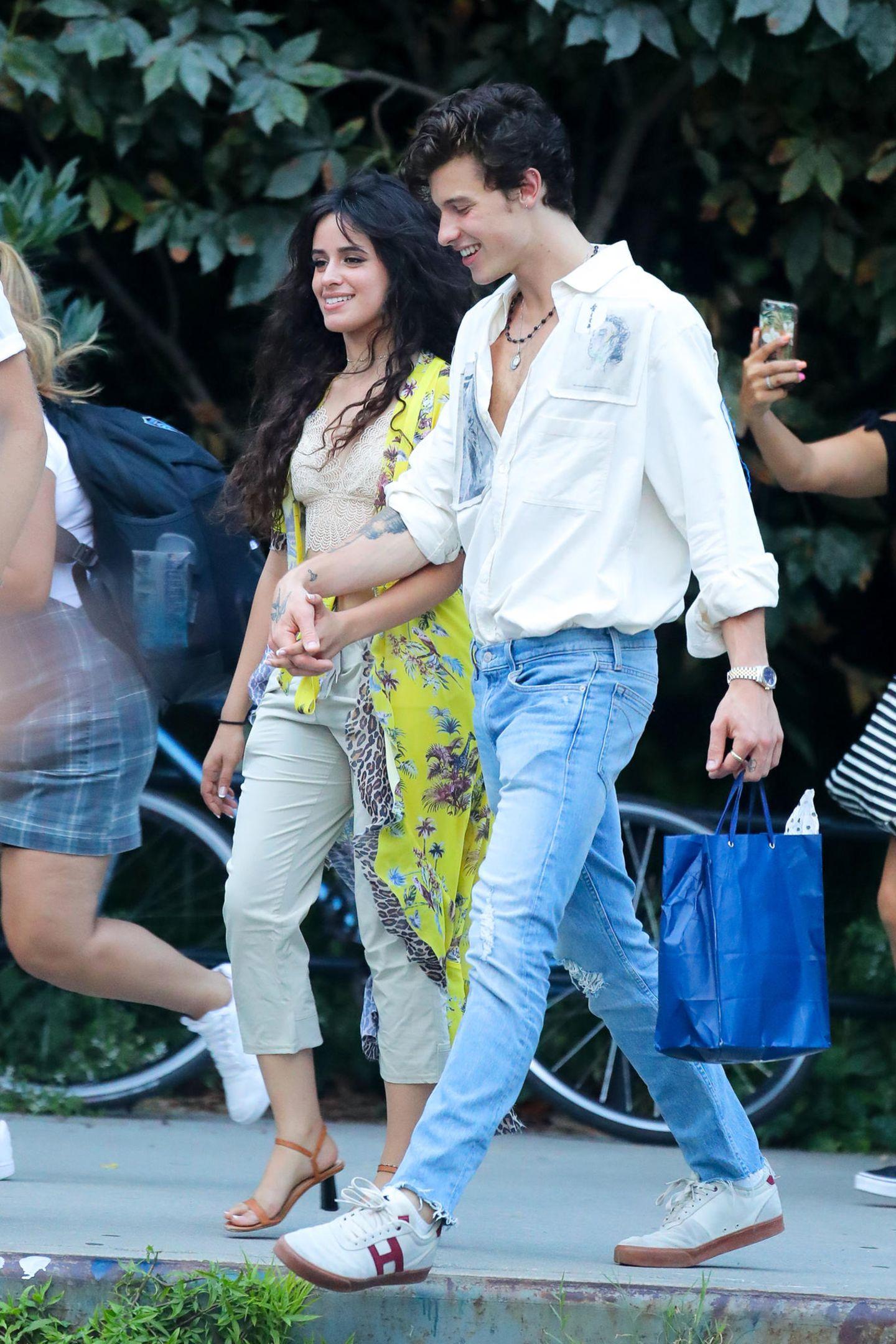 Hand in Hand verlassen Camila Cabello und Shawn Mendes ein Restaurant in Brooklyn. Ihr Dinner-Date lassen die zwei lässig angehen: WährendShawn eine blaue Jeans und ein weit aufgeknöpftes Hemd trägt, entscheidet sich die 22-jährige Sängerin für eine graue Hose samt sexy Spitzen-Bustier und einer gelben Maxi-Bluse. Ein Look, in dem Camila nicht nur am Abend gesichtet wird ...