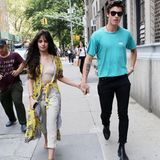 Denn am darauf folgenden Morgen trägt Camila das exakt selbe Outfit erneut, als sie gemeinsam mit Shawn durch New York spaziert – das Indiz einer heißen Date-Night, die offensichtlich zu Hause in die Verlängerung geht. Lediglich Shawn hat sich umgezogen und trägt eineschwarze Jeans mit dazu passenden Boots und einen türkisfarbenesShirt.