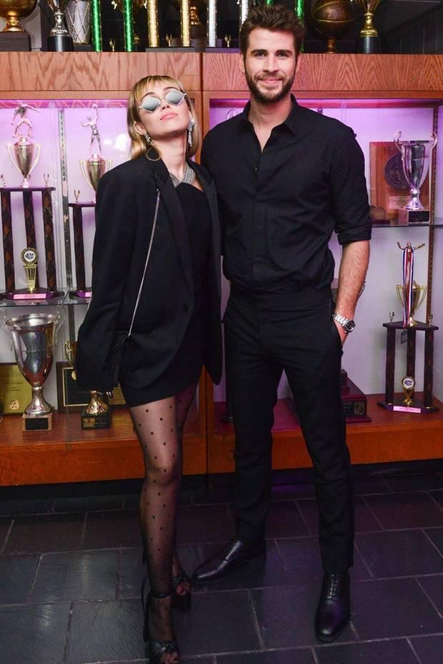 Mai 2019  Im August 2019 geben Miley Cyrus und Liam Hemsworth überraschen ihre Trennung bekannt. Das bis dato letzte gemeinsame Foto ist aus dem Mai 2019 und zeigt das Ehepaar Arm in Arm.