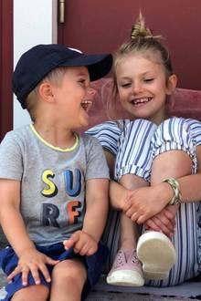 11. August 2019  So ein fröhlicher Schnappschuss! Prinz Oscar und Prinzessin Estelle genießen zusammen mit ihren Eltern die Sommerferien im heimischen Schweden und könnten glücklicher nicht sein. Ein Foto hält das ausgelassene Lachen und den großen Ferienspaß der Geschwister für die Ewigkeit fest.