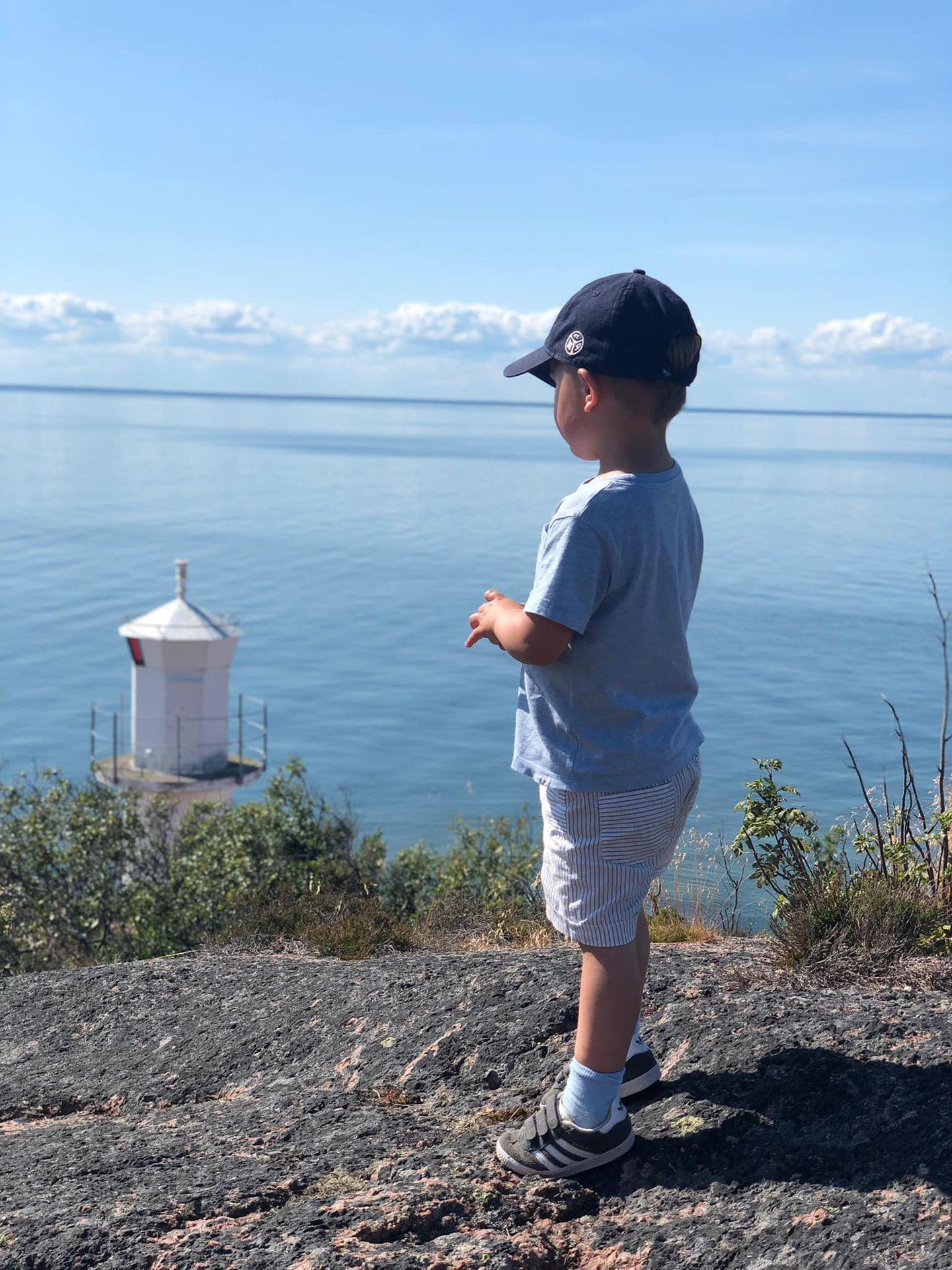 Auch Estelles jüngerer Bruder, Prinz Oscar, wandert mit seiner Familie über die Insel und schützt sich mit einemKäppi vor Schwedens Sommersonne. Ein blaues T-Shirt und eine blau-weiß gestreifte Shorts sorgen für seinen süßen maritimen Look.