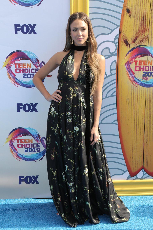 Einen Red-Carpet-Look, der sowohl leicht, als auch glamourös wirkt, zeigt uns Jessica Alba auf den Teen Choice Awards. Ihre Styling-Formel lautet: Maxi-Kleid + Beachwaves + Creolen = Hingucker des Abends.