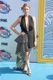 Blickfang bei den Teen Choice Awards ist Brittany Snow mit ihrem extravagantem Fausto-Puglisi-Kleid mit seitlicher Volant-Schleppe. Schlichte, offene Sandaletten runden den Look ab.