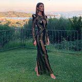 Das deutsche Model Lorena setzt ihre Kurven in einem Design von Julien Macdonald in Szene. Dazu kombiniert sie fast unsichtbare Riemchen-Heels und glatte Haare.