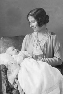 """Am 21. August 1930 wird auf Glamis Castle in Schottland Prinzessin Margaret geboren, zweite Tochter des späteren König George VI. und Königin Elizabeth, """"Queen Mum"""", sowie jüngere Schwester von Prinzessin Elizabeth, der heutigen Queen."""