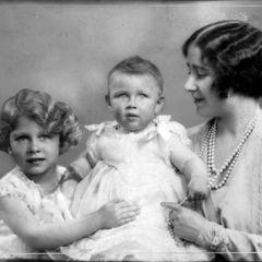 Prinzessin Elizabeth freut sich über ihre kleine Schwester.