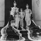 Nachdem sein Bruder Eduard auf die Krone verzichtet, wird überraschend George zum König von England gemacht, der Vater von Margaret und Elizabeth. Hier posiert die Familie anlässlich der Krönungszeremonie für die Fotografen.