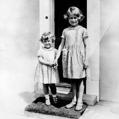 Margaret hält die Hand ihrer großen Schwester.