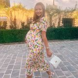 Model Miranda Kerr weiß in ihrer dritten Schwangerschaft besser denn je, wie man eine XXL-Kugel perfekt in Szene zu setzen. Auf Instagram präsentiert sie sich in einem wunderschönen Midi-Kleid mit Zitronen-Muster. Nicht nur ihre Fans lieben es, wir auch.