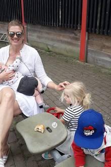 """Für Moderatorin Nina Bott ist das Stillen nicht nur wunderschön und praktisch, sie freut sich auch, dass es ihrem Söhnchen Lio auch so richtig gut schmeckt. Und anlässlich des gerade laufenden """"Breastfeeding Aware Month""""s betont sie nochmal, dass keine Mutterverurteilt werden sollte, wenn sie selbst nicht stillen kann. Die Gründe dafür können schließlich ganz verschieden sein."""