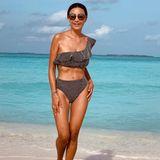 Kaum zu glauben, dass dieser Körper51 Jahre alt sein soll! TV-Ikone Verona Pooth urlaubt gerade auf Mallorca und sendet ihren Followern im asymmetrischen Volant-Bikini des dänischen Labels Ganni viele Grüße. Kostenpunkt des Trendstücks: 109 Euro.