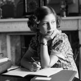 Gemeinsam mit ihrer Schwester Elizabeth wird Prinzessin Margaret von einer Gouvernante und Privatlehrern erzogen.