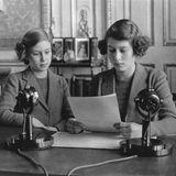 Während des Zweiten Weltkriegs bleiben die Mädchen auf Windsor Castle. Hier richten sie während dieser schweren Zeit Worte an die Kinder des Königreichs.