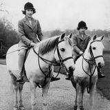 Elizabeth und Margaret verbindet nicht nur die gemeinsame Kindheit, sondern auch die Liebe zu Pferden.