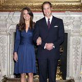 2010  Diese Bilder gehen um die Welt: Catherine Middleton und Prinz William geben offiziell ihre Verlobung bekannt. Klar, dass sie ihr schickes, knielanges Kleid farblich auf den funkelnden Verlobungsring an ihrer Hand abstimmt.