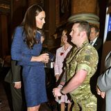 2011  Auch bei ihrem ersten Auftritt als Herzogin von Cambridge zeigt sich Kate stilsicher. In einem blau-mellierten Kostüm spricht sie mit Kriegsveteranen. Auch dass die Frau von Prinz William stets auf eine Strumpfhose setzt, dürfte die Queen freuen - nackte Beine sieht die nämlich gar nicht gern!