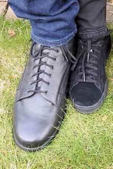 """Lars Füße im Vergleich zu einer """"normalen"""" Schuhgröße 42"""