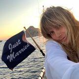 """13. August 2019  Heidi Klum postet fleißig Bilder aus den Flitterwochen: Auf ihrem neuen Instagram-Motiv zeigt sich das Model verträumt auf dem Wasser mit einer """"Just Married""""-Fahne."""