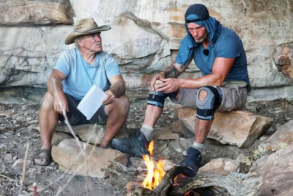 Männergespräch zwischen Konny Reimann und Thorsten Legat am Lagerfeuer