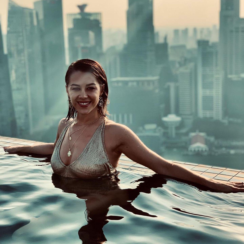 12. August 2019  Vor der atemberaubenden Skyline Singapurs planscht Oana Nechiti im Rooftop-Pool eines Hotels. Ein Bikini in Metallic-Optik und dazu passende Accessoires sorgen zusätzlich für einenGlamourfaktor.