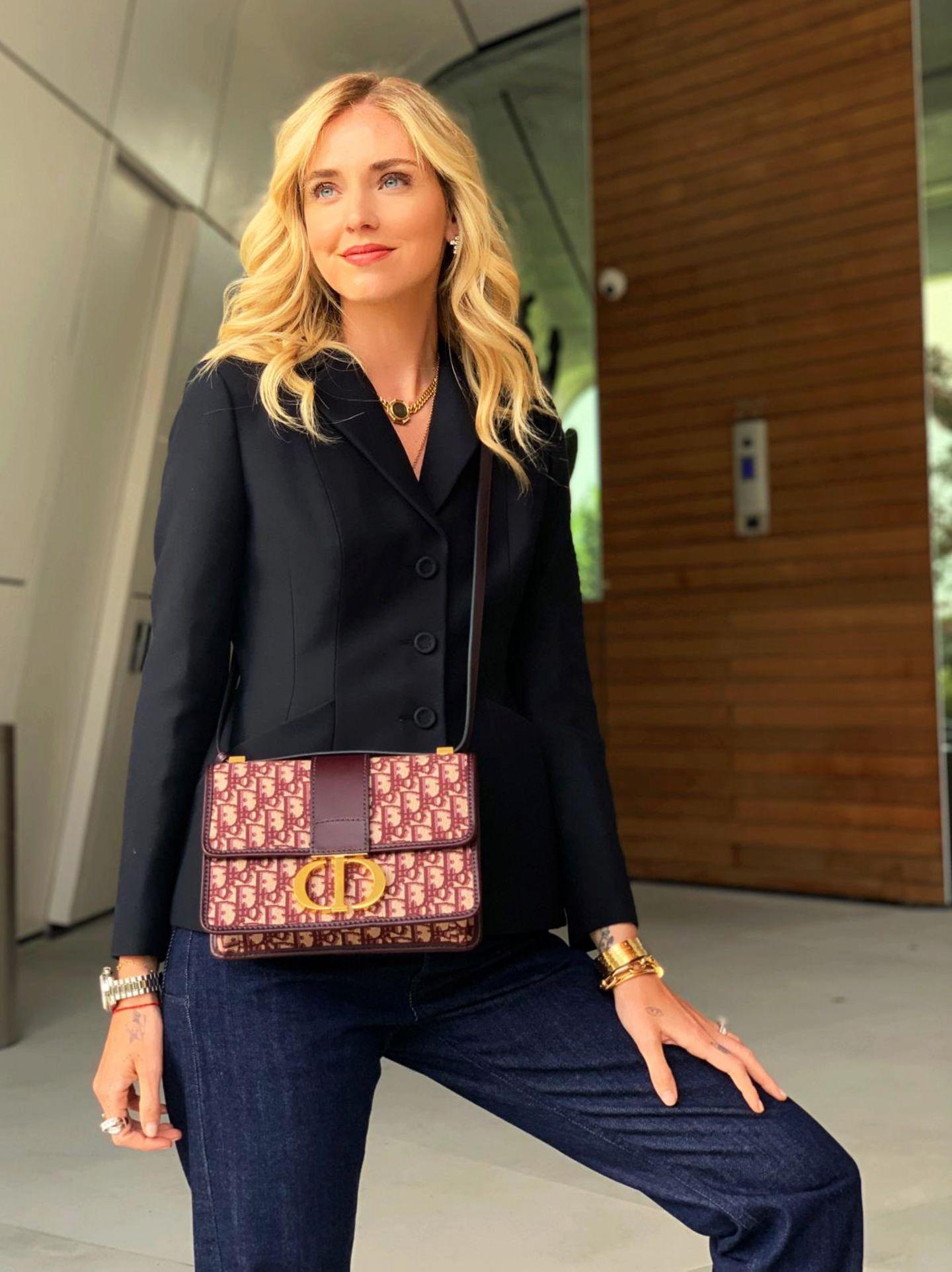 """Auch Bloggerin Chiara Ferragni steht die """"30 Montaigne Bag"""" ganz besonders gut. Sie trägt die Tasche crossbody und ebenfalls aus Dior Oblique, jedoch in einem dunklen Rotton."""