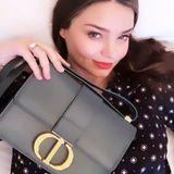 """Mit dieser It-Bag gehen It-Girls wie Miranda Kerr sogar ins Bett. Die """"30 Montaigne Bag"""" von Dior ist ein absolutes Must-have in dieser Saison und schon längst in die Kleiderschränke der Stars eingezogen ..."""