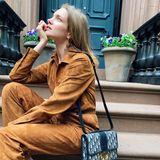 """Denn nicht nur Miranda Kerr, auch Model Natalia Vodianova ist ganz hin und weg von ihrer neuen It-Bag. Natalia trägt die """"30 Montaigne Bag"""" aus Dior Oblique in einem dunklen Blauton, Mirandas Modell ist aus Kalbsleder."""