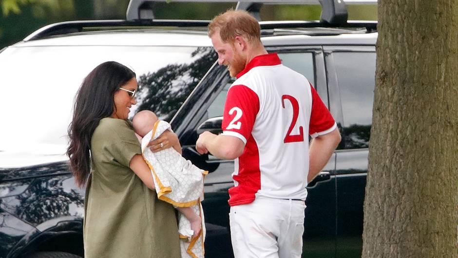 Herzogin Meghan und Prinz Harry mit Archie Mountbatten-Windsor im Juli2019 bei einem Polo-Spiel