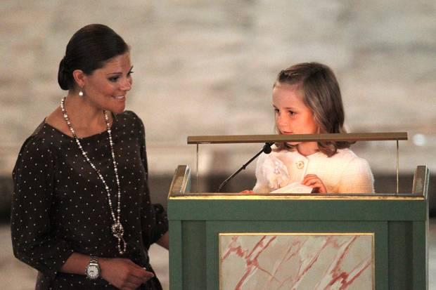 Bei Ingrid Alexandras Auftritt in der Kirche zum zehnten Hochzeitstag ihrer Eltern steht ihr Victoria zur Seite.