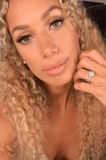 Nach der romantischen Toskana-Hochzeit mit ihrem Freund Dennis Jauch teilt Sängerin Leona Lewis ein Selfie, auf dem sie stolz ihren Ehering zeigt. Den schmalen, funkelnden Diamantring hat die Musikerin über ihren Verlobungsklunker gesteckt.