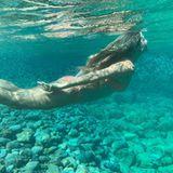 Anmutig wie eine Meerjungfrau gleitet Heidi durchs glasklare Wasser.