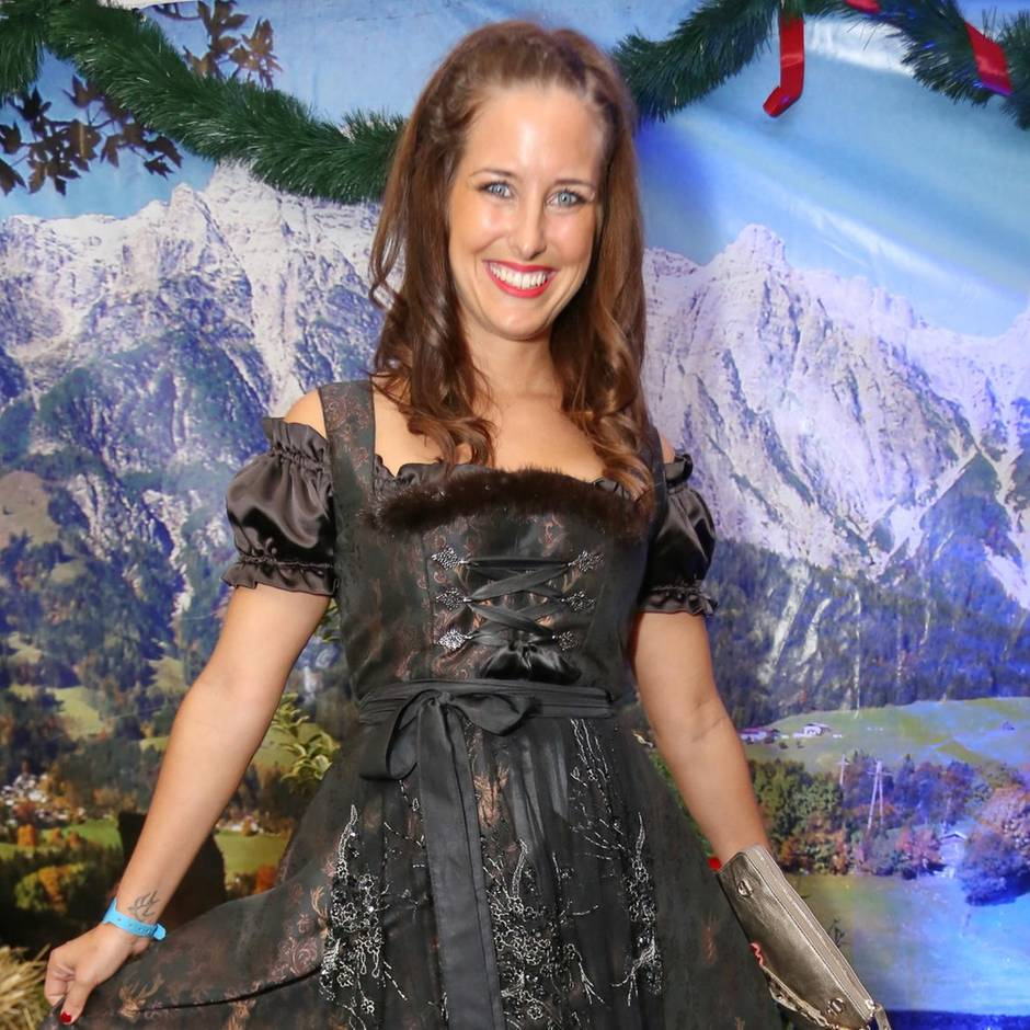 Ramona Stöckli zeigt ihre Kaiserschnittnarbe