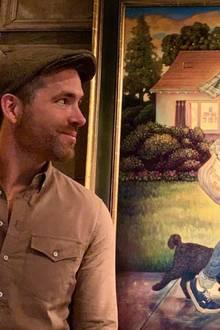 """Nostalgie pur: Ryan Reynolds verdientein seinen jungen Jahren das erste Geld damit, Zeitungen, genauer gesagt die """"Vancouver Sun"""" auszutragen. Das Bild, ein ganz besonderes Geschenk seiner Frau Blake, zeigt ihn vor seinem früheren Zuhause, das mittlerweile nur noch in seiner Erinnerung existiert. Mit seiner gewohnten Ironie erzählt er seinen Instagram-Fans, dass er im Falle eines Feuers dieses Bild von Danny Galieote zuerst retten würde. Dann für Blake aber zurückkäme."""