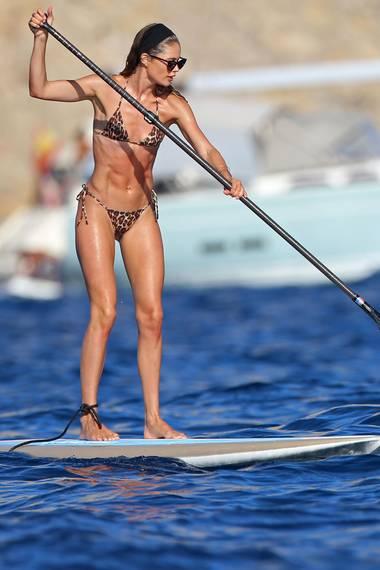 Diese Sportskanone scheint ein paar Extrastunden im Fitnessstudio verbracht zu haben: Denn Doutzen Kroes zeigt ihren wahnsinnig muskulösen Body beim Stand-up-Paddling vor Ibizas Küste. IhrknapperLeo-Bikini ermöglicht freie Sicht auf ihren Waschbrettbauch, die definierten Arme und trainierten Beine. Ein athletisches Aussehen, mit dem das 34-jährigen Model ordentlich beeindruckt.