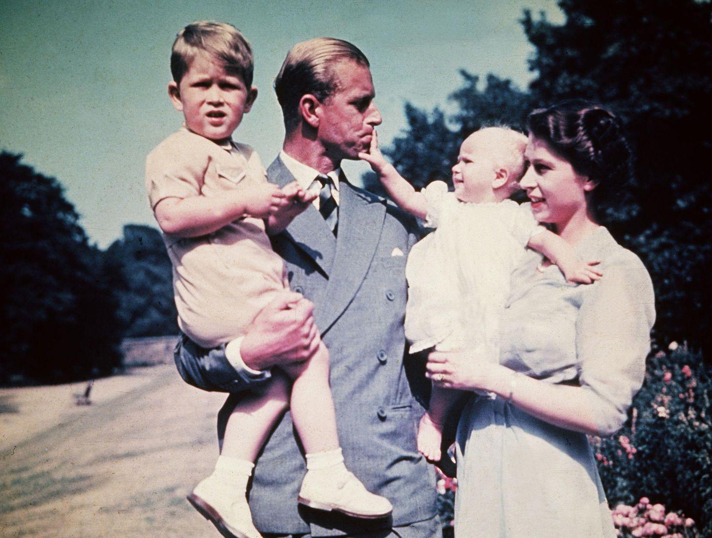 15. September 2019  Happy Birthday, Prinzessin Anne! Die erste Tochter von Queen Elizabeth feiert heute ihren 69. Geburtstag. Auf diesem Bild aus dem Sommer 1951 war die königliche Familie mit Bruder Charles erst zu viert, Annes Mutter wurde zwei Jahre später zur Königin gekrönt.