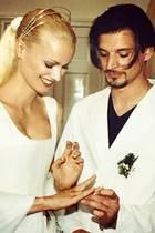 14. August 2019  Ein Bund fürs Leben: Topmodel Fransiska Knuppe und ihr Mann Christian feiern ihren 20. Hochzeitstag, und fühlen sich immer noch, als sei es gestern gewesen. Mit dieser süßen Erinnerung bedankt sich Franzi für die Liebe, die Unterstützung und natürlich auch für ihre gemeinsame Tochter Mathilda. Wir gratulieren ganz herzlich!
