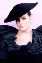 Ashley Graham: Ashley Graham im schwarzen Abendkleid und Hut