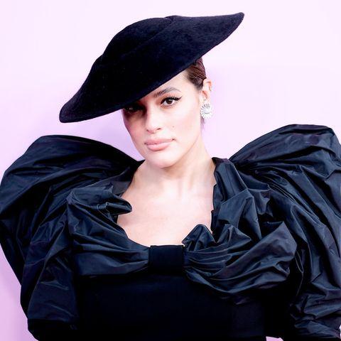 Ashley Graham: Ashley Graham im schwarzen Abendkleid und Hut