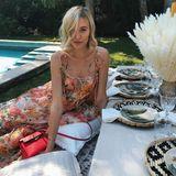 Auch Model und Influencerin Mandy Bork zeigt sich häufig in den floralen Kleidern des Labels. Hier trägt sie ein Midi-Kleid mit Schnürdetails an Schulter und Dekolleté. Einen ähnlichen Schnitt, nur mit leicht abgewandelten Muster sehen wir auch bei diesem It-Girl.