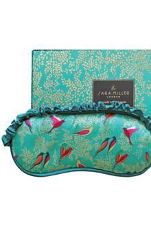 Süße Träume garantiert: Feinste Seide und ein paradiesisch schöner Print machen den nächtlichen Begleiter zum It-Piece. Schlafmaske von Sara Miller, ca. 30 Euro