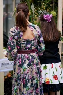 ... Auch die Rückansicht des 470-Euro-Kleides kann sich sehen lassen. Ein Cut-Out in der Form eines Dreiecks macht das Kleid auch von hinten zu einem echten Hingucker. Mit dem dunkelbraunen Ledergürtel schafft Mary eine besonders schlanke Silhouette. Zu diesem kleinen Helferlein griff die dänische Kronprinzessin bereits wenige Wochen zuvor...