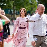 Zur Fashion Week in Kopenhagen akzentuiert Mary ihre Taille ebenfalls mit demselben Gürtel.